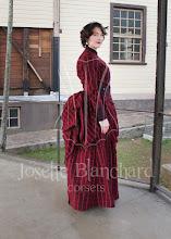 Photo: Vestido vitoriano diário em lã xadrez composta por casaca, saia e sobressaia.  A partir de R$ 400,00.  Underwear: bloomer e chemise, corset 1880, bustle e pettitcoat.  Cada figurino é único e exclusivo.