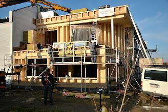 Photo: 20-11-2012 © ervanofoto Voorzichtig zakken tot het raam op zijn plaats staat.
