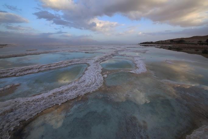 Formațiuni de sare cristalizată pe malul Mării Moarte