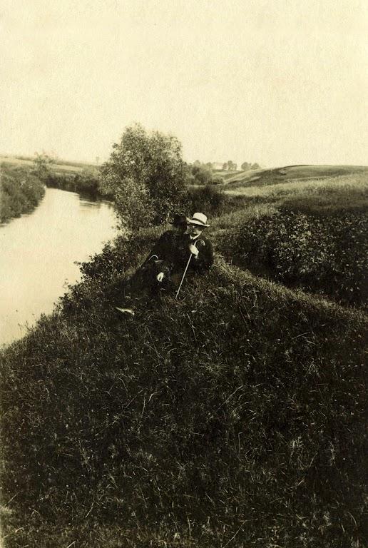 Zdjęcie: Józef Zgrzebnicki (biały kapelusz, laska) zbratem nad brzegiem Nidy wChrobrzu. Lata 20-te XX wieku. (fot. zarch.Wiesława Grabik).