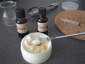 Photo: [crema cuerpo] Crema Pro-Perfecciones: Cuando la mezcla esté a temperatura ambiente añadir el conservante (Cosgard) y los aromas y/o aceites esenciales.