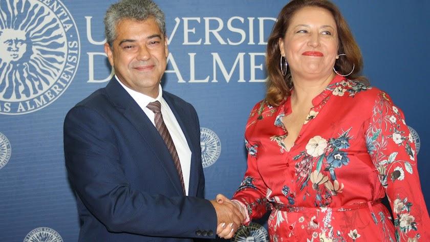 Firma del convenio entre el rector y la consejera.