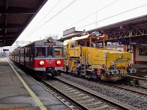 Photo: EN57-846, Poznań Główny - Toruń Główny, oraz zgarniarka tłucznia 99 80 9125 001-4 D-PAA (PORR-Alpine AustriaRail) {Toruń Główny; 2013-11-08}
