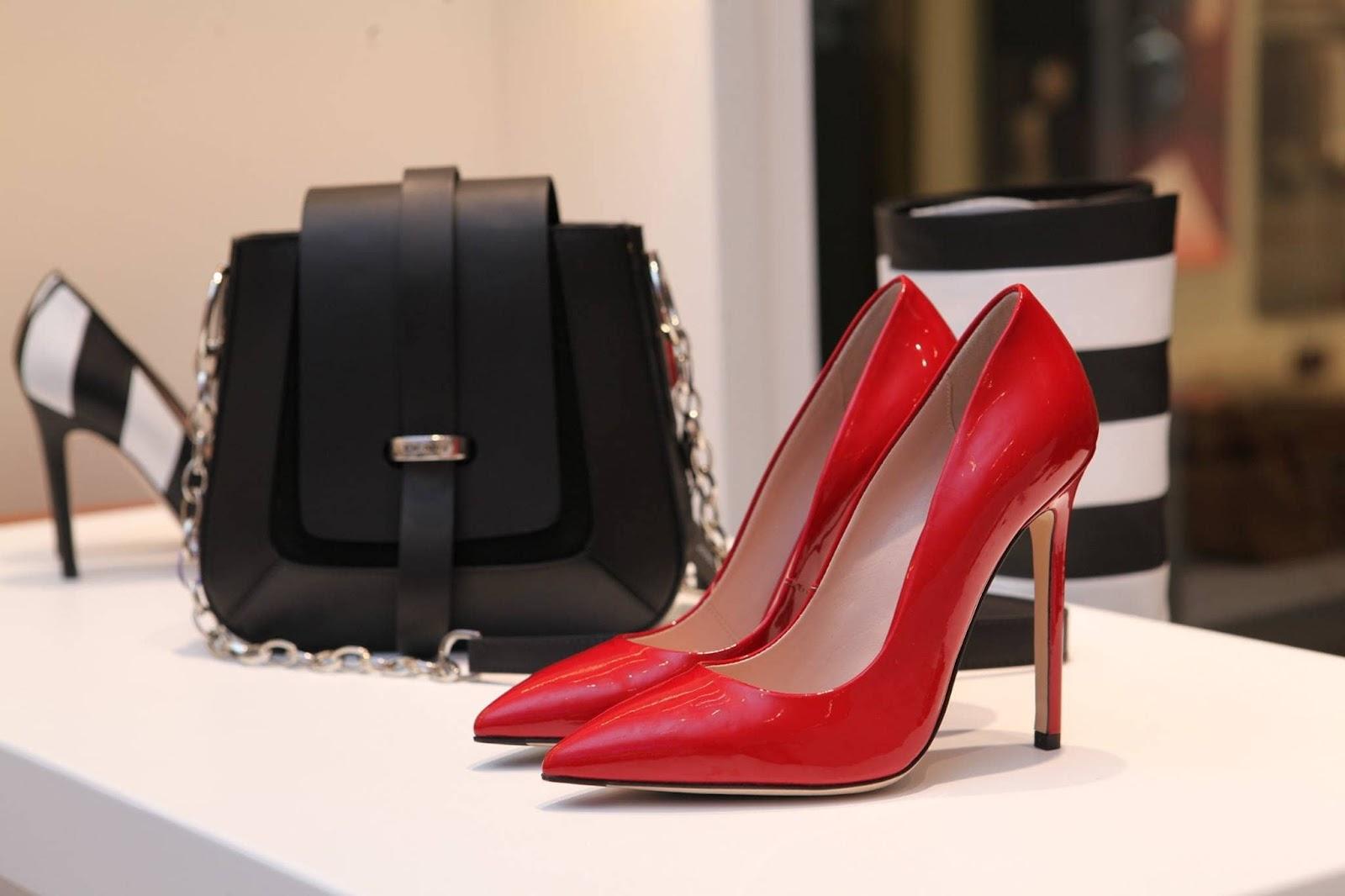 borsa-nera-scarpe-rosse-buoni-sconto-ferraris-boutique