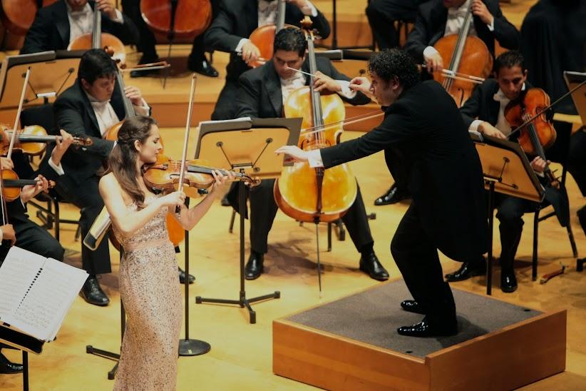 El primer concierto de la OSSBV, el 21 de febrero, contó con la actuación de la violinista Alina Pogostkina quien, ataviada en un iridiscente traje color plata, deslumbró a la audiencia con su interpretación del Concierto para violín en re mayor, Op 35 de Tchaikovsky