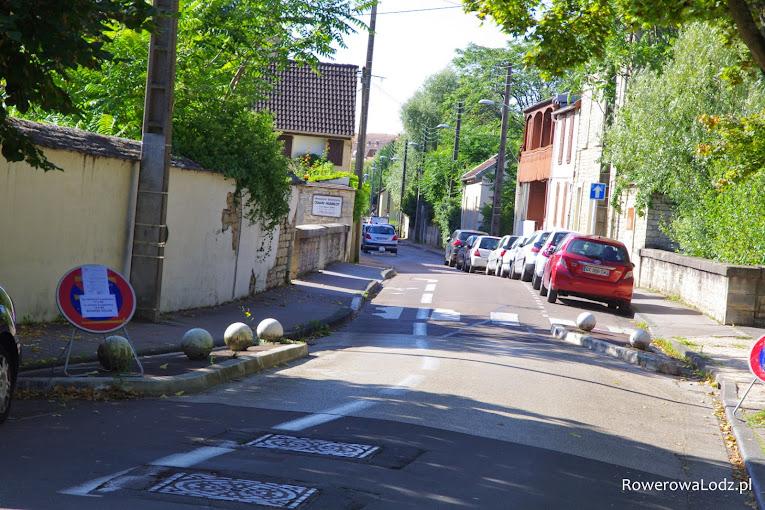 Parkowanie naprzemienne plus kontrapas rowerowy - gwarancja uspokojenia ruchu samochodowego