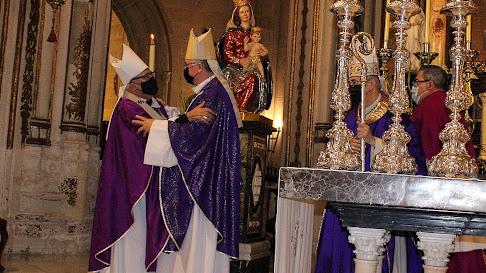 El arzobispo de Granada felicita a monseñor Gómez Cantero tras su toma de posesión como obispo coadjutor.