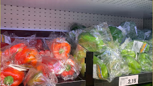 Pimientos envasados en un supermercado.