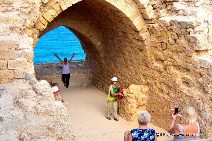 Руины древней крепости в национальном парке Аполония. Экскурсия в Израиле.