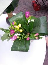 Photo: premier marché Etoile sur rhône juillet 2015  fleurs: freesias violet et jaune  feuilles aspidistras  prix 10 euros