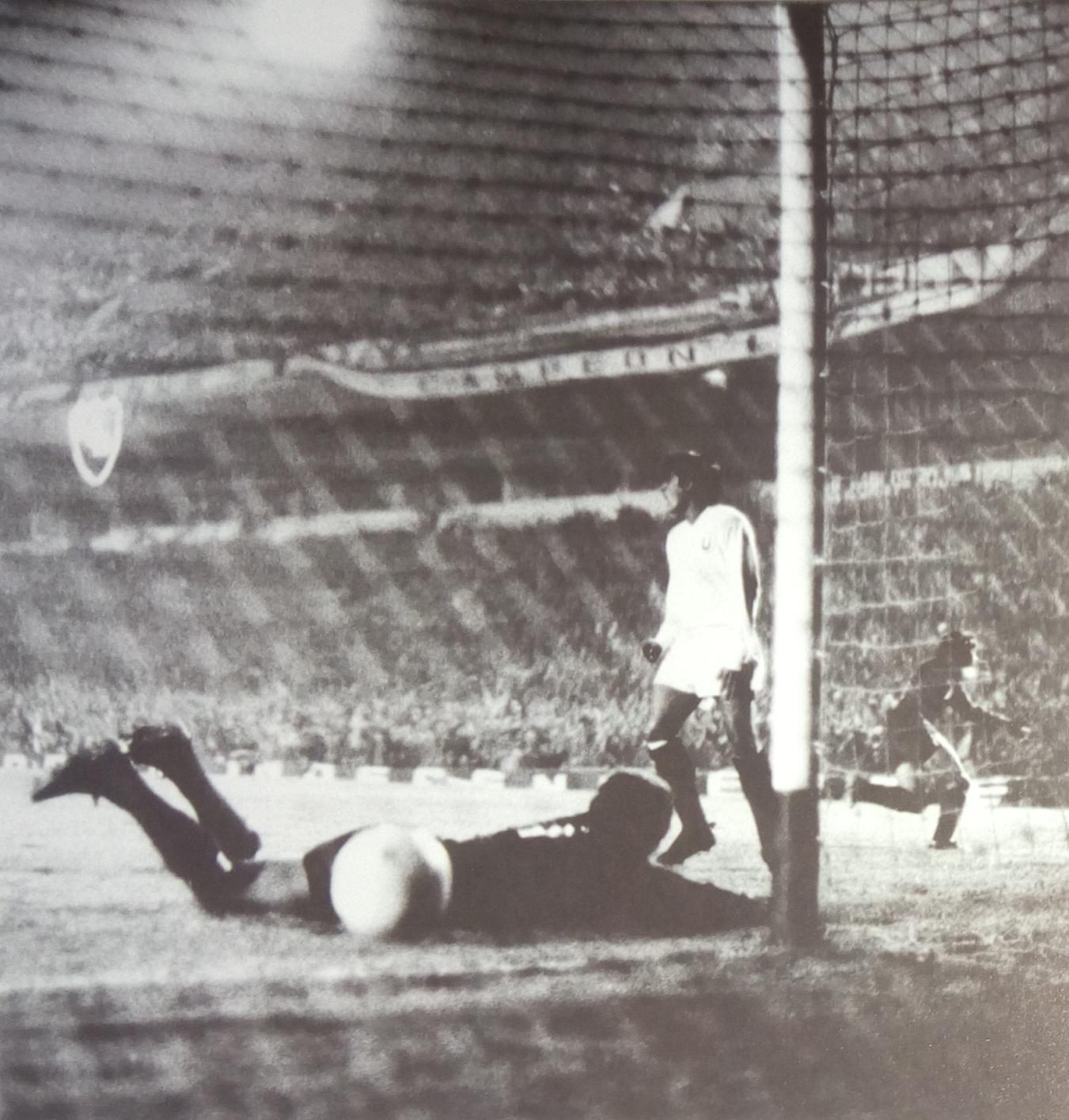 C:\Users\user\Pictures\Escaneadas Independiente\Libro 2000\1972 campeón Libertadores - gol de Maglioni (hizo los 2) a Universitario.jpg