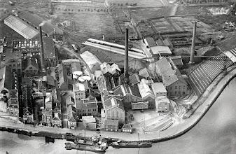 Photo: In 1872 ontstond aan de markkade de Beetwortelsuikerfabriek onder de firma Van Aken, Segers en Compagnie opgericht, die twee jaar later in handen van Felix Wittouck overging en later in de volksmond alleen suikerfabriek werd genoemd. Veel mensen uit Princenhage werkten hier tijdens de bietencampagne