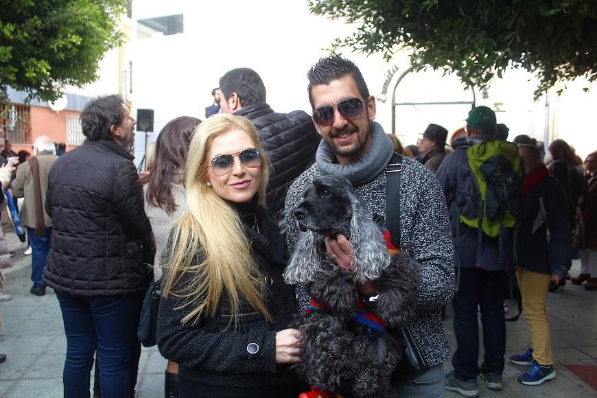 Con su mascota y en pareja ante San Antón.
