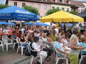 Photo: Viele BesucherInenn lauschen der Musik am Sozial Bewegt Tag- Juli