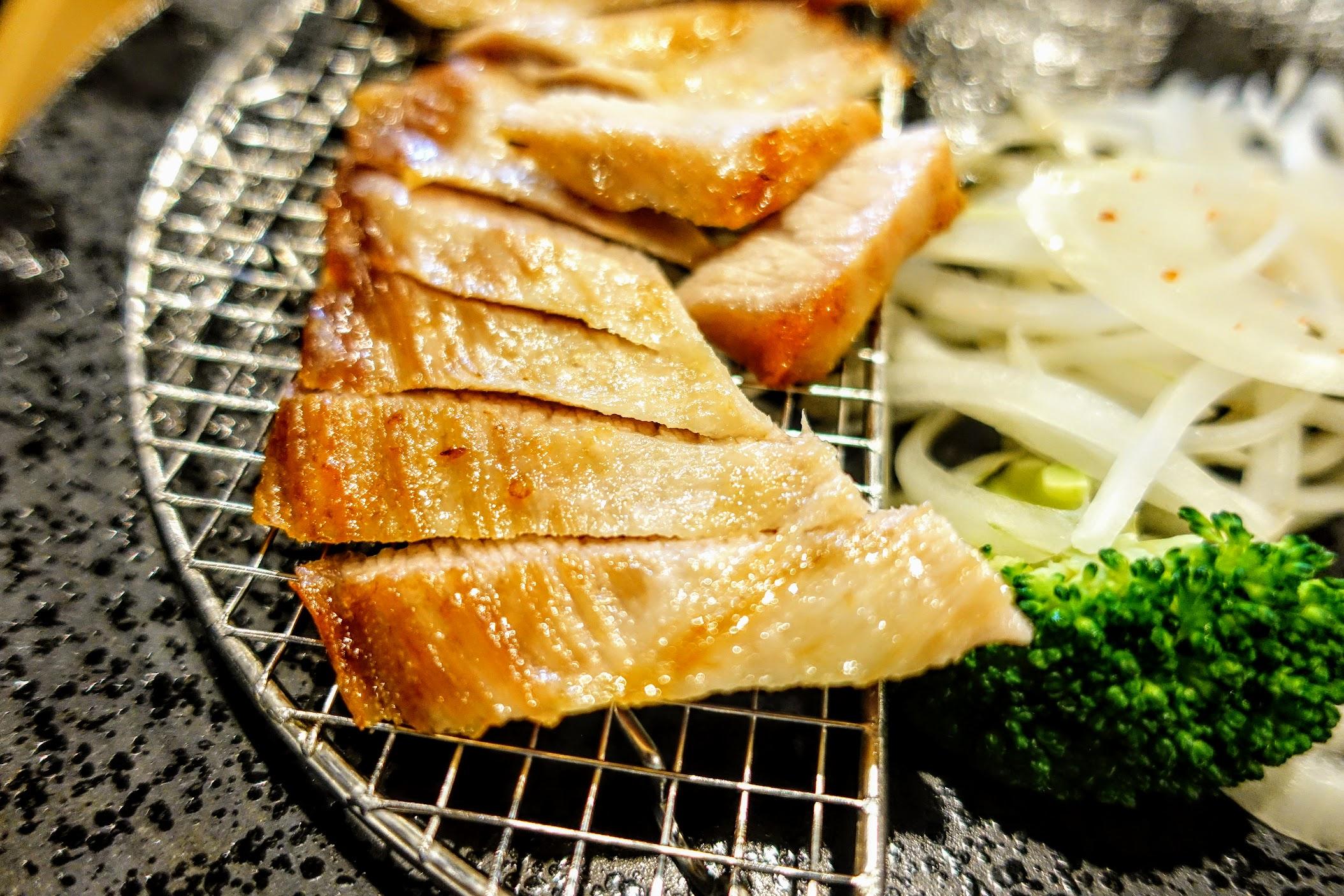 肉片似乎有醃製過再烤,不沾椒鹽就頗好吃的! 肉不柴帶著一點油脂,很Q