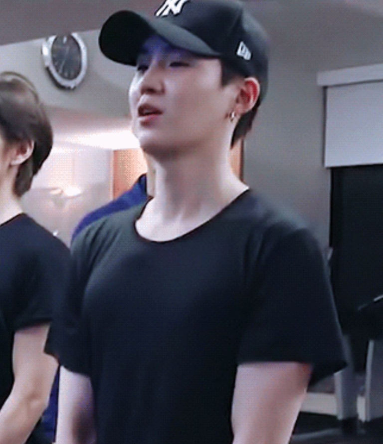 BTS-Suga-and-V-in-gym-3-768x890