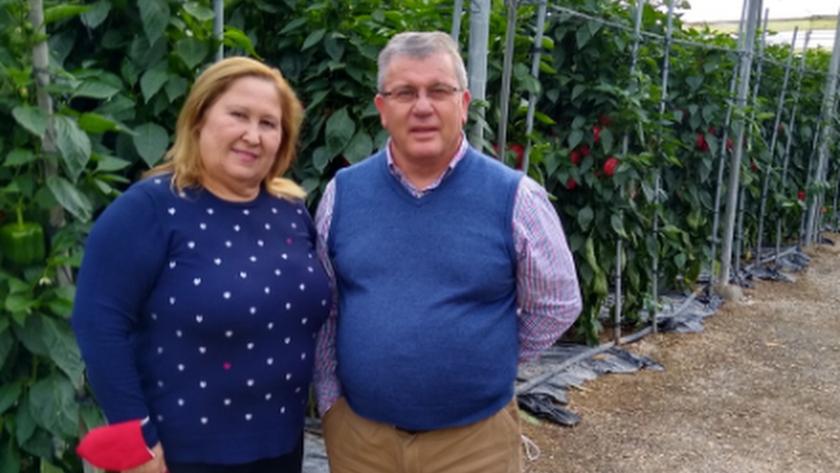 Paqui Martín y Juan Antonio González, en el invernadero familiar.