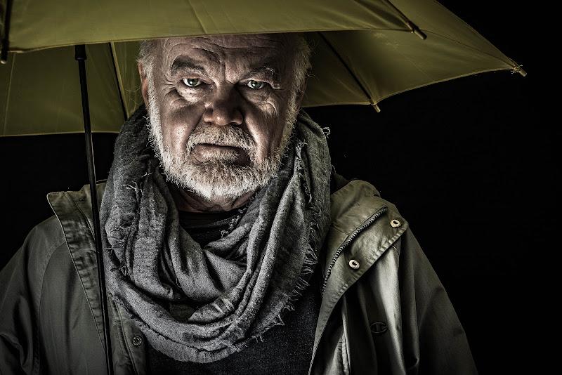 uomo con ombrello di Il_pirata_curioso