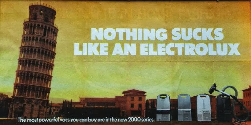 """Photo: Ici, le verbe anglais """"to suck"""" signifie certes """"aspirer"""", mais aussi """"être pourri"""", """"être nul"""", ce qui rend le slogan publicitaire quelque peu contre-productif dans les pays anglophones..."""