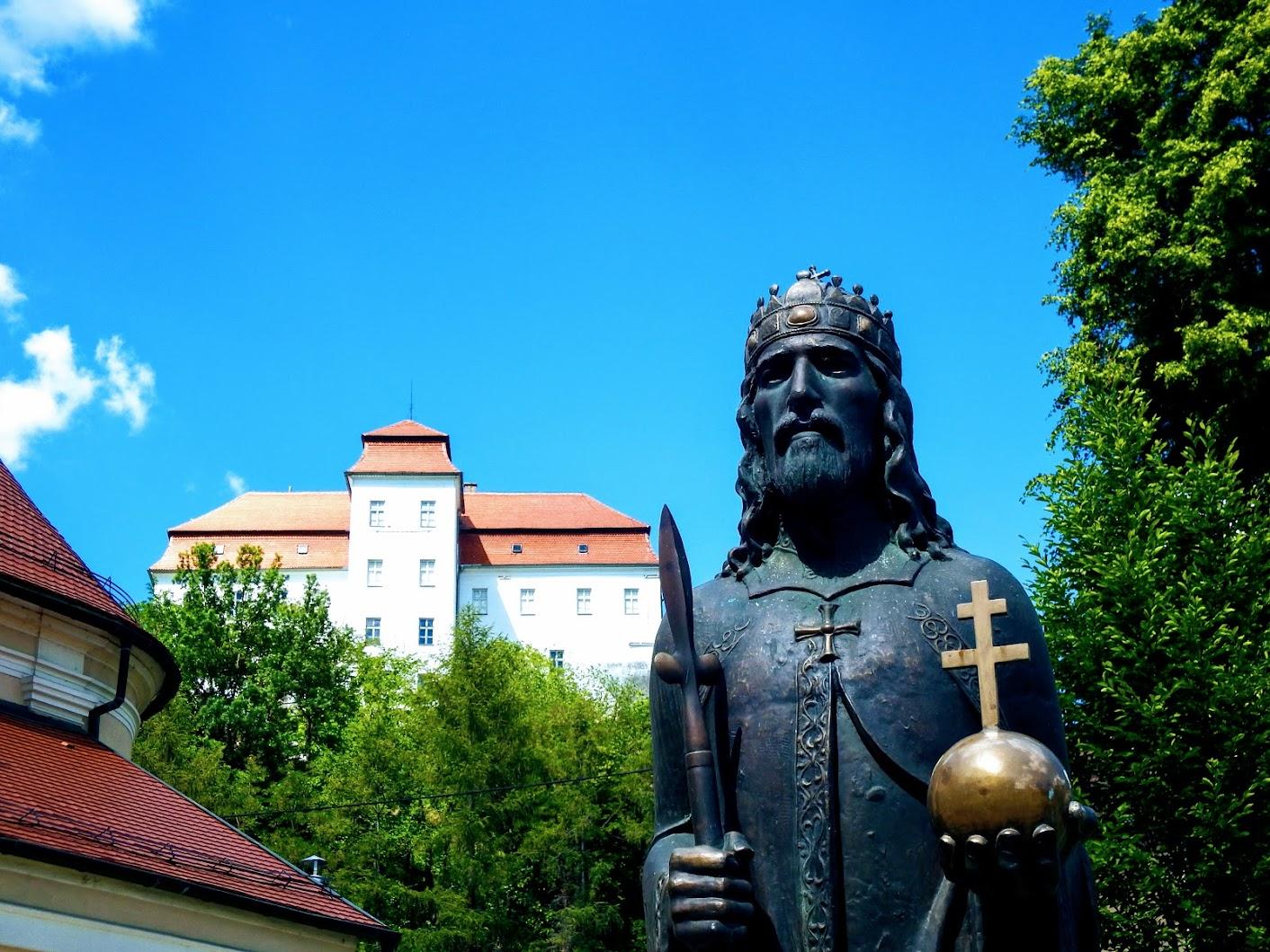 Lendava (Lendva) - kip sv. Štefana na Cerkvenem trgu (Szent István-szobor a templom téren)