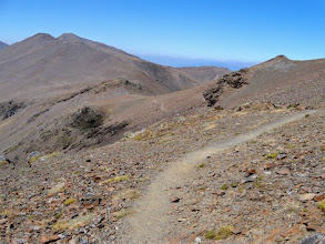 Photo: Il sentiero si snoda sul filo di cresta, sul confine tra Francia e Spagna... spettacolo!