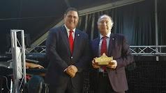 Francisco Alonso, alcalde de Canjáyar; y Luis Soria, director provincial de la Tesorería de la Seguridad Social en Almería.