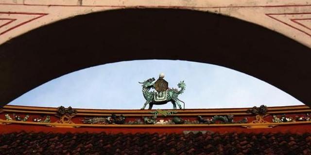 Ornamen di atap Kelenteng Cu An ...
