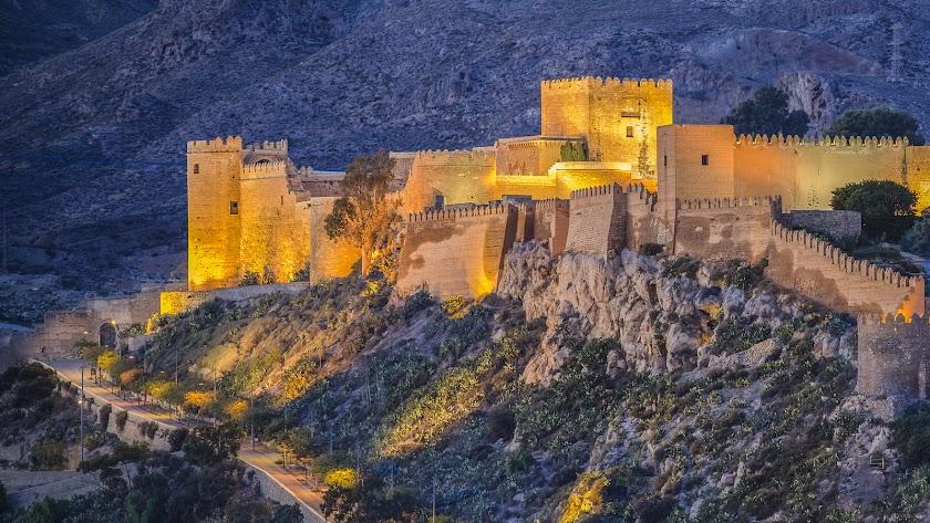 Situada en el cerro de San Cristóbal y edificada durante el siglo X, la Alcazaba fue la encargada de salvaguardar la bahía almeriense.