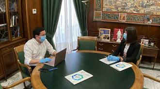 Javier García y Ángeles Martínez estudian el Plan Almería.