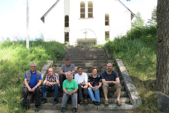 Photo: Talkoojoukkue Matti, Eero, Seppo, Sisko, Armo, Kirsti ja Erkki Vuoksenrannan kirkon edustalla