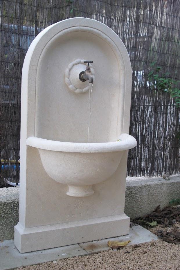 Fontaine en pierre de taille adossée avec recyclage de l'eau