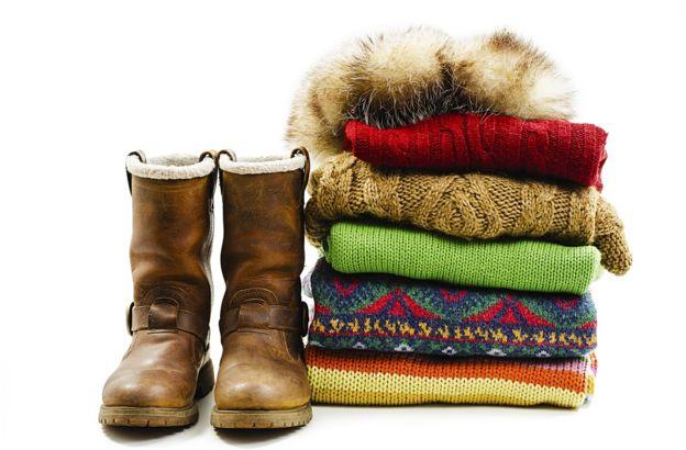 Несколько свитеров и сапоги