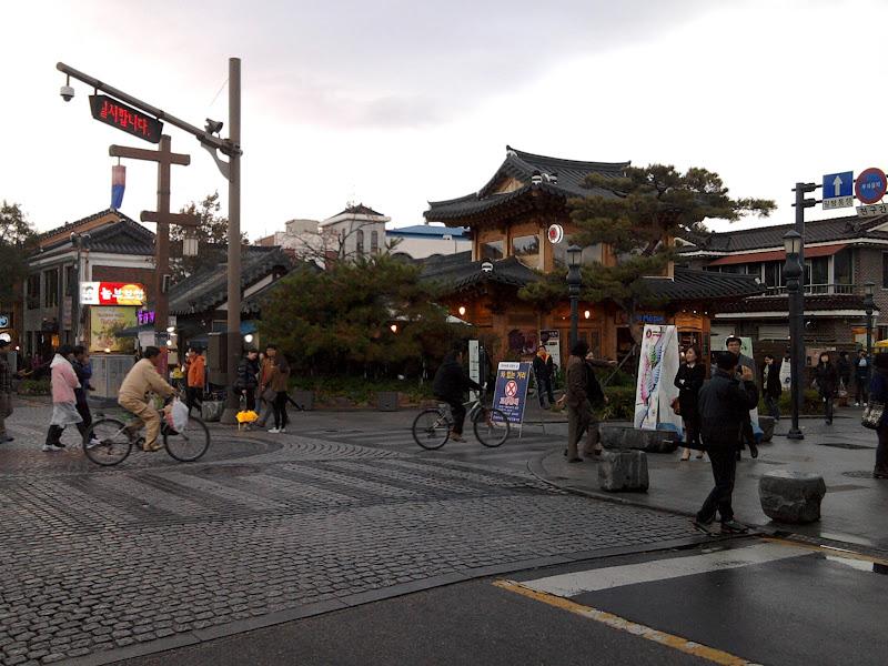 Photo: Ar tik ne tie patys dviratininkai kur buvo su skėčiais?