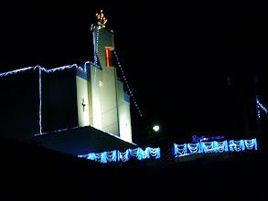 """Photo: 今日は、クリスマスイブだった。 すぐそこの教会は、華やかなイルミネーションで。 昔は、""""うれしい日""""だったが、年をとってきたせいか、今は・・・。"""