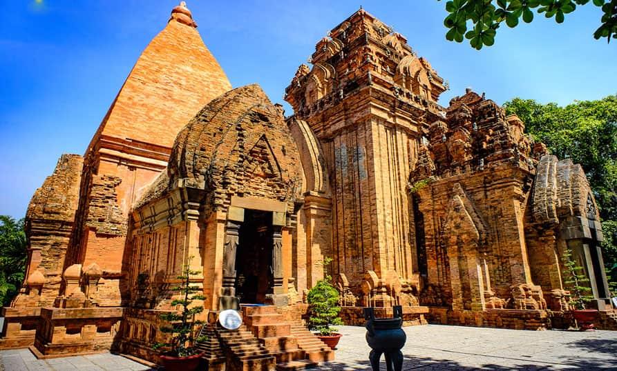 Thuê xe du lịch 7 chỗ uy tín đi Khánh Hòa tour du lịch Tháp Bà Po Nagar