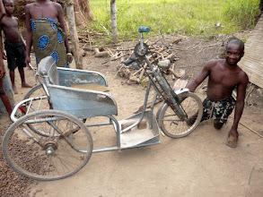 Photo: et Laurent nous fait la surprise de sortir rapidement le tricycle entretenu, offert par le CTM voici 15 ans !