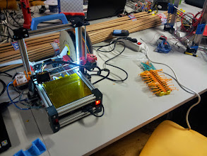 """Photo: Con esta pequeña impresora y conocimientos de Arduino uno de los participante creó este robot """"cienpies"""""""