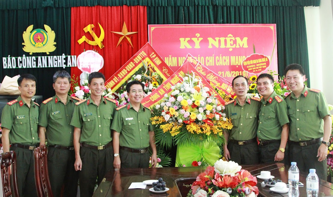 Thay mặt lãnh đạo Công an tỉnh, đồng chí Đại tá Lê Xuân Hoài, Phó Giám đốc Công an Nghệ An và đại diện một số phòng ban Công an tỉnh tặng hoa chúc mừng Báo Công an Nghệ An nhân Ngày Báo chí cách mạng Việt Nam