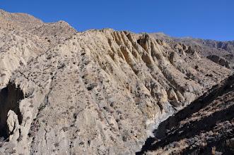 Photo: Sur la rive droite de la Damena khola, les falaises de Kog dominent la gorge de la Damena khola