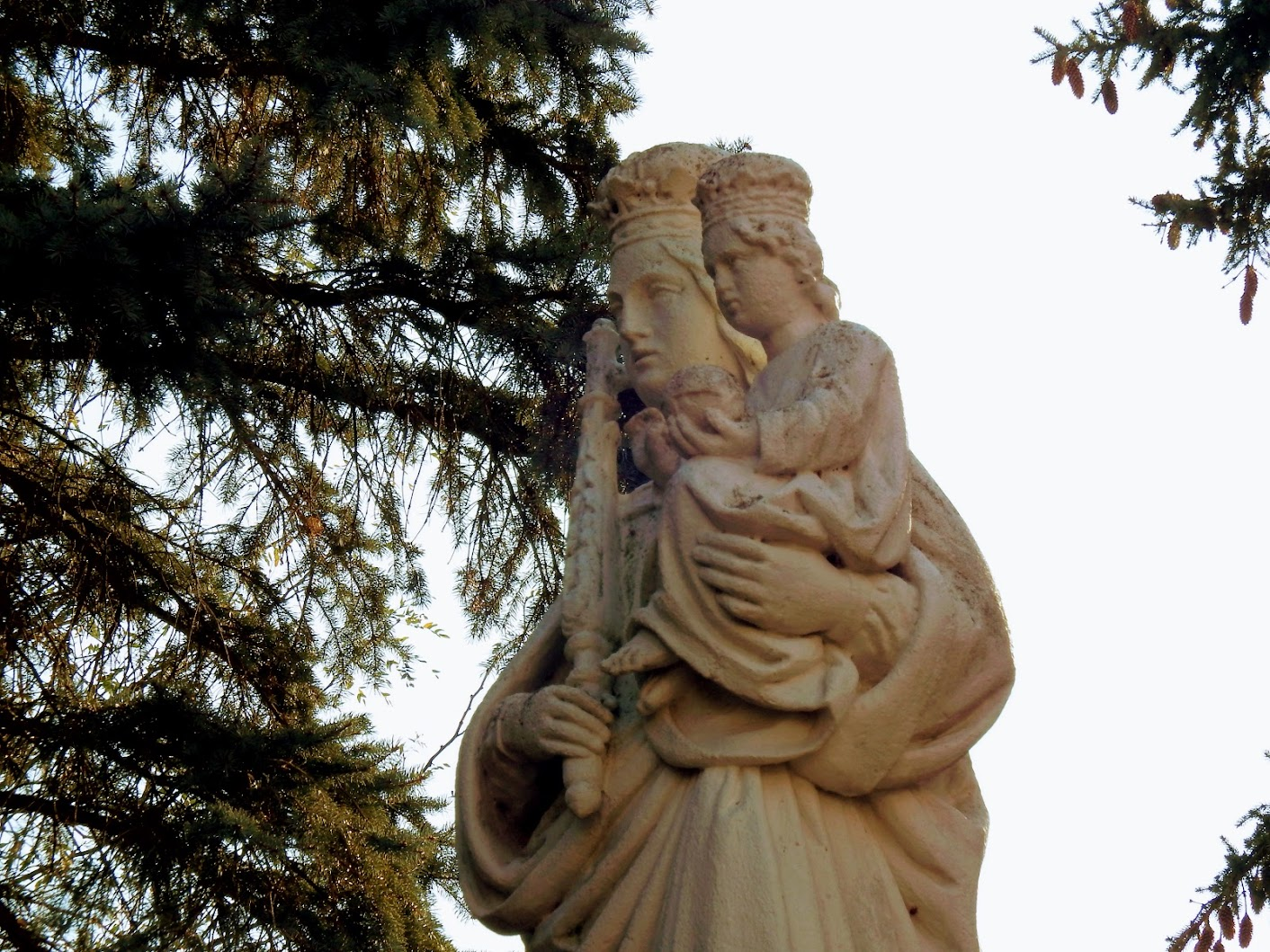 Nemesládony - Szűz Mária a kisded Jézussal a templomkertben