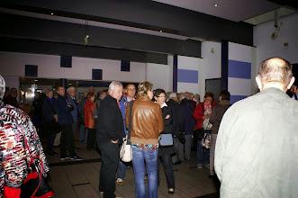 Photo: Frühzeitig warten schon viele Besucher auf die Türöffnung um 18.00h