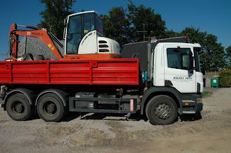 Photo: Mikael Skov har sin lastbil til at hente gravemaskinen. Mikael er ham der laver kloak- og gravearbejde.