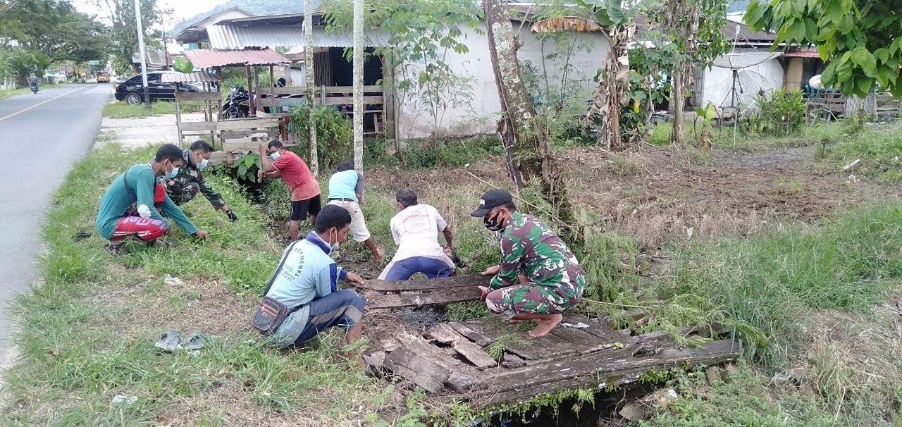 Anggota ZIDAM Kerja Bakti Bersama Warga Bersihkan Parit Dan Perbaiki Jembatan Di Kab Mempawah