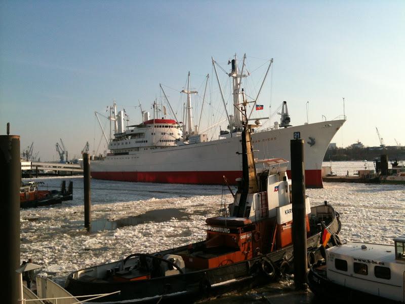 Photo: Packeis auf der Elbe - Cap San Diego