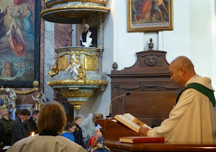 Photo: Und Kaplan Joseph liest dazu das Evangelium