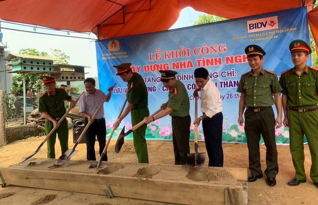 Lãnh đạo CATP Vinh và chính quyền địa phương cùng làm lễ khởi công xây nhà mới cho gia đình đồng chí Thiếu uý Lưu Văn Chung.