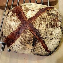 Photo: Un mega pain king size. 70% blé 30% seigle. Aux algues et avec des girolles.  Vivement le petit déj, hâte de gouter ça.