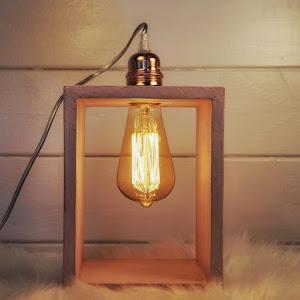 lampe à poser en béton de couleur rose pastel avec détail industriel métal cuivre