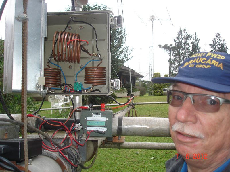 Photo: Thomas PY2ZXU trabalhando na antena de 80m