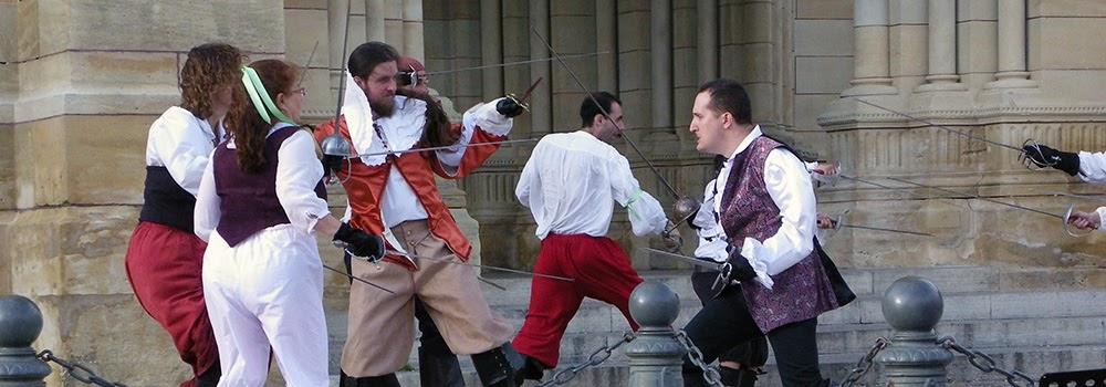 Escrime artistique et de cascades physiques. Spectacle : La Botte de Cyrano, à Bergerac. Régleur cascades : Alexis DIENNA. Escrime Cascade : https://www.escrimecascade.com/